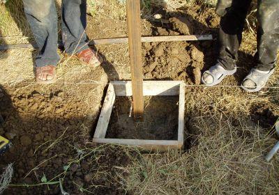 Бетонирование заборного столбика в яме