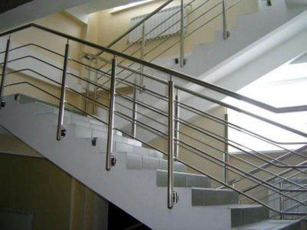 Бетонная маршевая лестница и перила из нержавеющей стали
