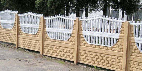 Бетонный декоративный забор выглядит изысканно и надежно.