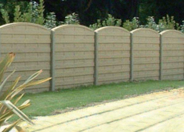 Более «продвинутые» конструкции столбиков уже имеют пазы слева и справа от линии забора, что позволяет после их установки сам забор собрать из отдельных плит буквально за пару часов
