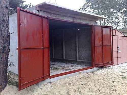 Большие ворота обеспечивают удобство пользования гаражом