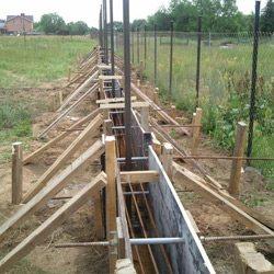 Бруски, установленные под углом, не дадут залитому цементу нарушить ровную линию опалубки