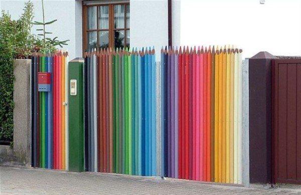 Частокол из «цветных карандашей», необычное цветовое решение.