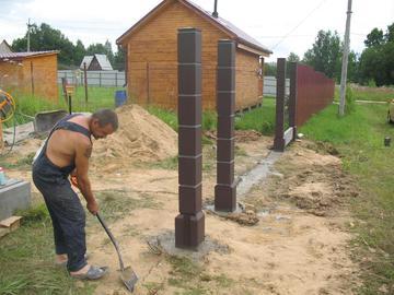 Чем надежнее забетонируем опоры – тем дольше простоит наш забор
