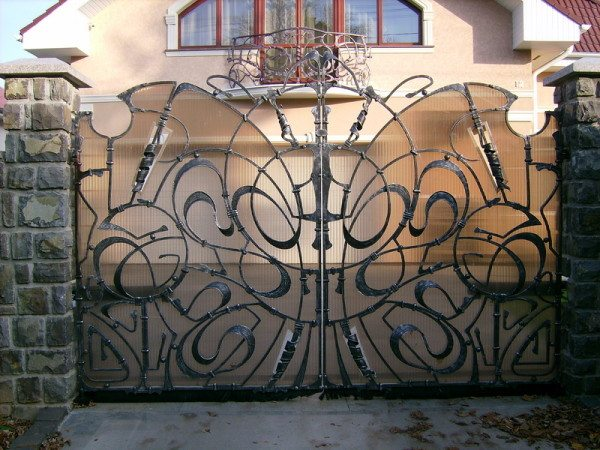 Декоративные элементы на воротах из железа