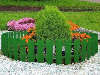 Декоративные заборчики чаще используются для цветочных клумб