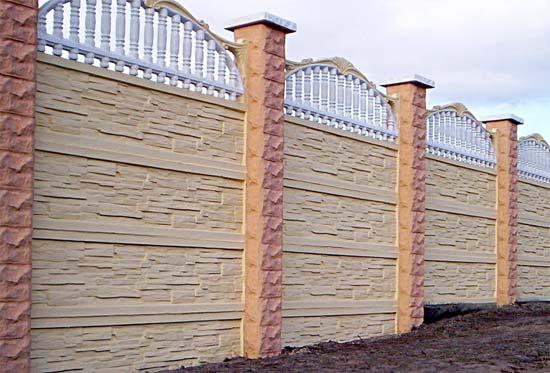 Декоративный забор из бетонных секций.