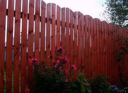 Деревянная ограда – дешевое, красивое и надежное ограждение для вашего дачного участка.