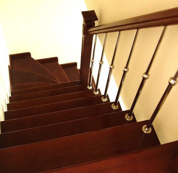 Деревянное ограждение на деревянной лестнице