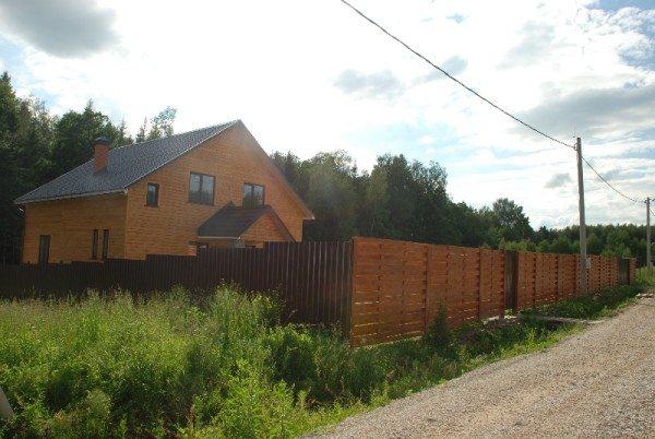 Деревянные ограждения по необходимости можно сочетать с конструкциями из других материалов – главное не нарушить гармонию