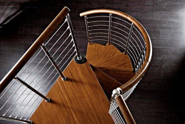 Деревянные поручни на металлической лестнице