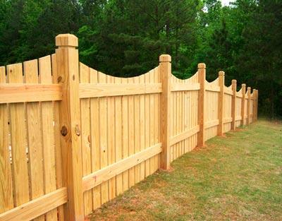 Деревянный забор – только что построен