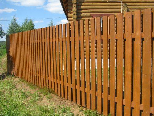 Деревянный забор с просветами