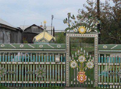 Деревянный забор, украшенный резными деталями