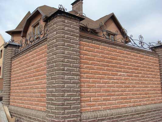 Добротный кирпичный забор, из декоративного кирпича