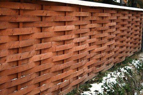 Дощатый плетёный забор