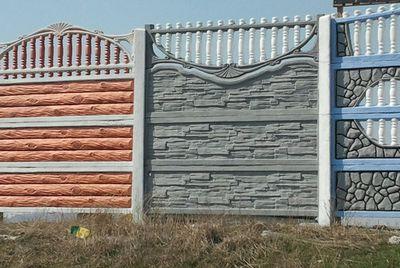 Двухсторонний забор, к примеру, снаружи может быть серый, а изнутри серый с голубым