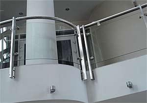 Экран из хромированной стали и гнутого стекла