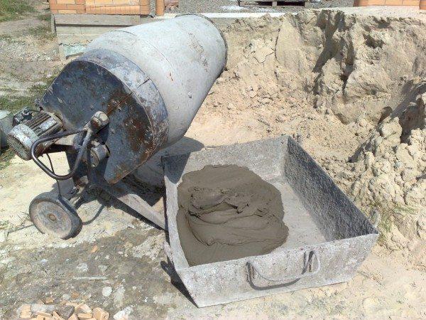 Электрическая бетономешалка ускоряет процесс изготовления цементного раствора