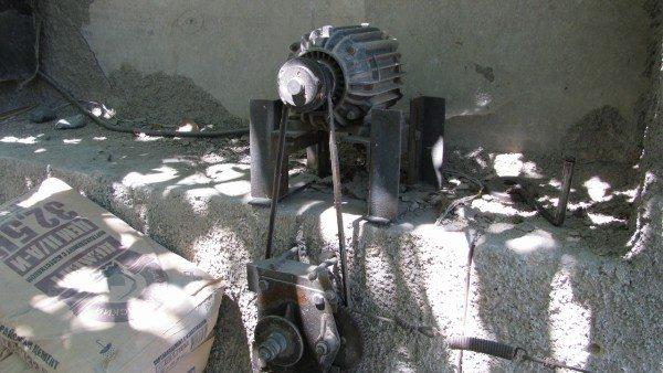 Электропривод представляет собой однофазный мотор мощностью 1,5 КВт и ременную передачу на шкив, наматывающий на себя стальной трос.
