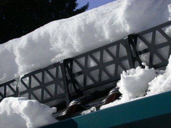Если на вашей крыше столько же снега, сколько на данной фотографии – вам повезло, ограждение установлено качественно