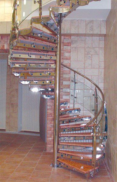 Если увеличить ширину ступеньки у колонны, лестница станет неудобной и некрасивой.