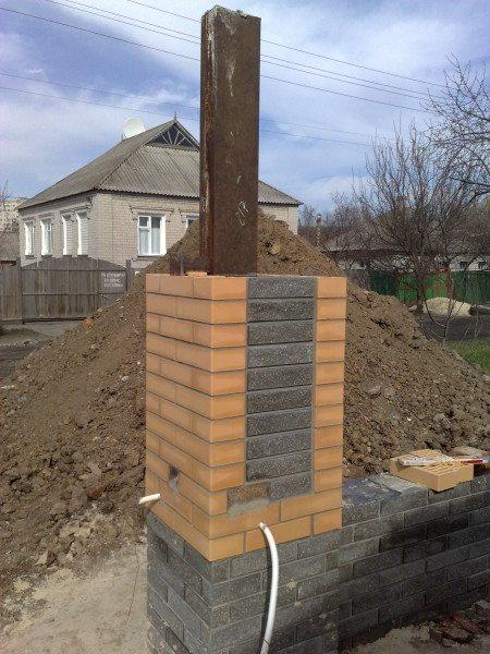 Если внутри колонны из кирпича есть швеллер, забетонированный непосредственно в фундамент, как показано на фото, то такой забор простоит намного дольше.