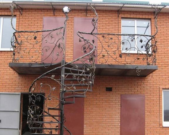 Фото ажурного кованого ограждения балкона и внешней лестницы