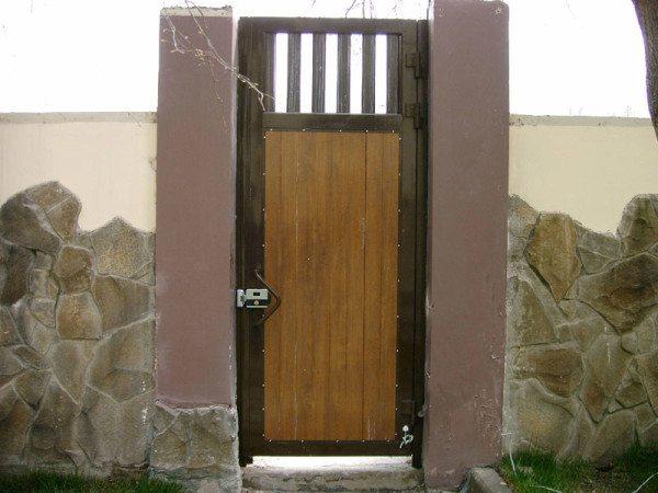 Фото калитки с установленным замком