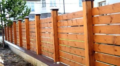 Фото ограды на деревянных столбах