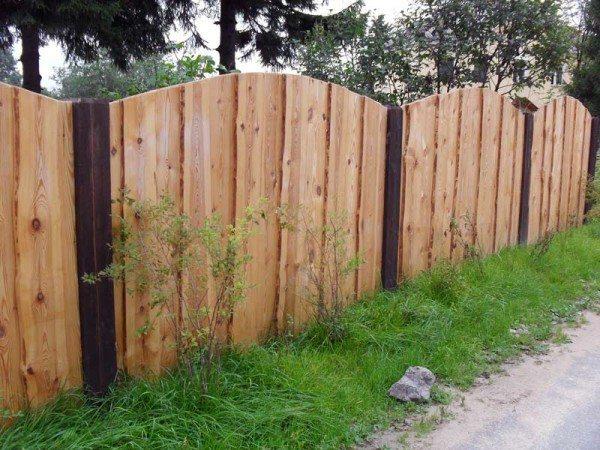 Глухой деревянный забор между дачей и дорогой