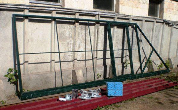 Готовый каркас с установленной калиткой и роликами для открывания