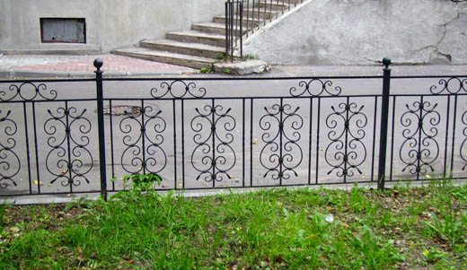 Готовый забор для клумбы у дома