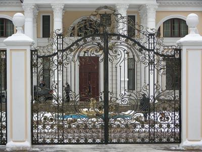 Художественная ковка подчёркивает классический стиль здания