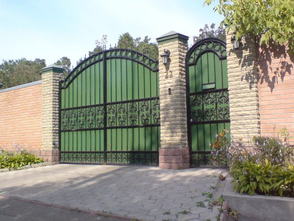 Калитка и ворота для забора из декоративного кирпича
