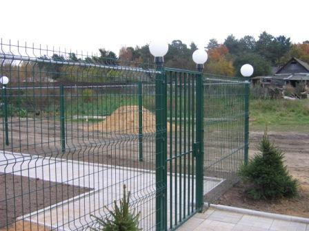 Калитка в решетчатом заборе