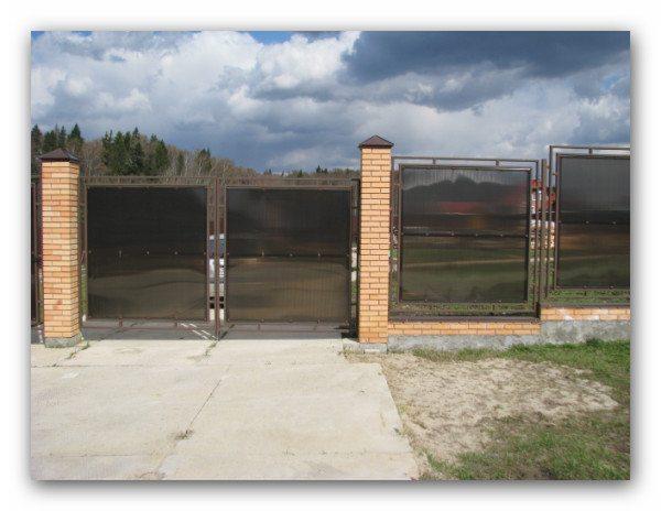 Кирпичный забор с поликарбонатом