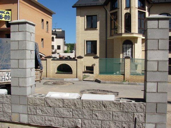 Колпаки из бетона призваны защищать заборные ограждения от негативного влияния окружающей среды