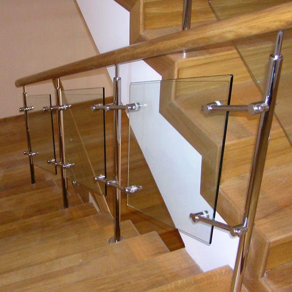 Комбинированная конструкция: деревянные перила, металлический каркас и стеклянные вставки.