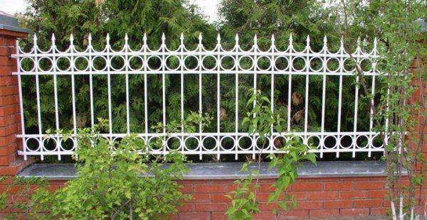 Комбинированная ограда с кирпичными опорами