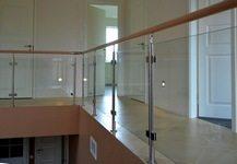 Комбинированные алюминиевые парапеты со стеклом и деревянными поручнями