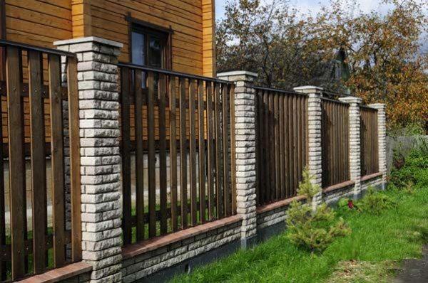 Комбинированный забор из дерева и железобетона.