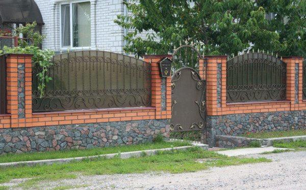 Комбинированный забор из кирпича и металлической решетки.