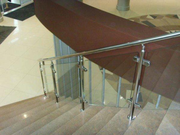 Конструкция с металлическими стойками.