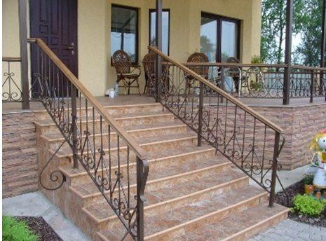 Кованое ограждение лестницы средней сложности