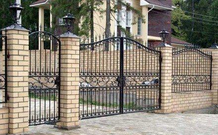 Красивый забор из кирпича и кованого металла