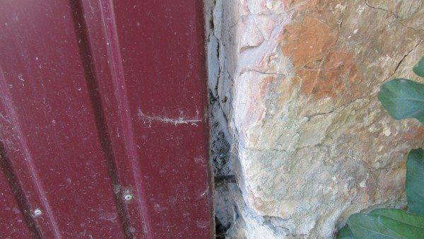 Крепление крайней стойки к каменной стене.