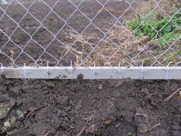 Крепление сетки при помощи пластиковых хомутов.