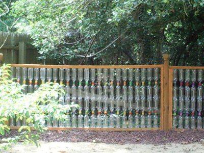 Легкий и прозрачный забор из бутылок