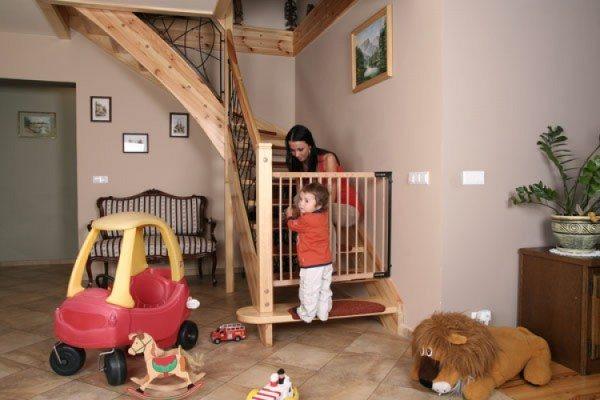 Лестничные ворота – удобная защита от ушибов и травм